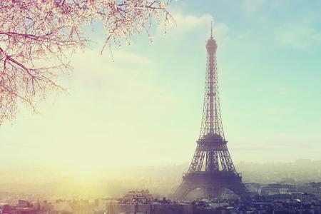 romance: Vista aérea del paisaje urbano de París con la torre Eiffel en la imagen de color con la puesta del sol de la vendimia. Negocio, el amor y el concepto de viaje