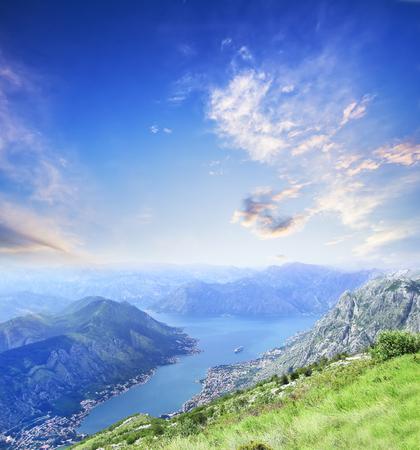 여름에 몬테네그로 코 토르 베이의 공중 (새 눈)보기. 여행 배경