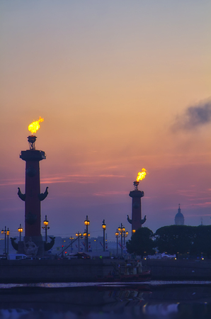 Classic view of Saint-Petersburg (St.Petersburg) river scape at sunset. Spit of Vasilyevsky Island. Neva River. Rastral columns with fires 版權商用圖片