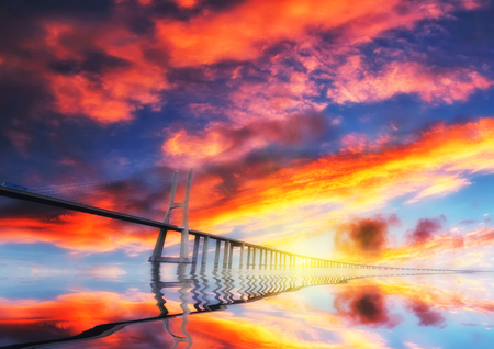 Pont rouge au coucher du soleil. Lisbonne, Portugal