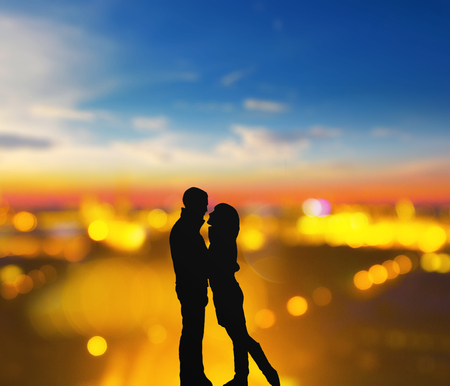 silhouette of romantic lovers with blurred city on a background 版權商用圖片