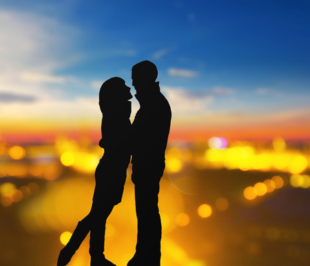 silhouette of romantic lovers with blurred city on a background Zdjęcie Seryjne
