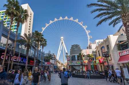 Las Vegas, US - April 27, 2018: Tourtists visting the LInq promenade in Las Vegas as seen on a sunny day Редакционное