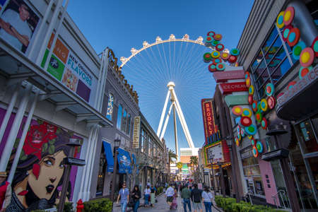 Las Vegas, US - April 27, 2018: Tourtists visting the LInq promenade and High roller in Las Vegas as seen on a sunny day Редакционное