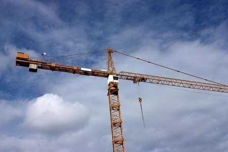 建設 agaist 青い曇り空