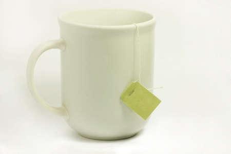 茶タグがぶら下がっている側と白のマグカップ。