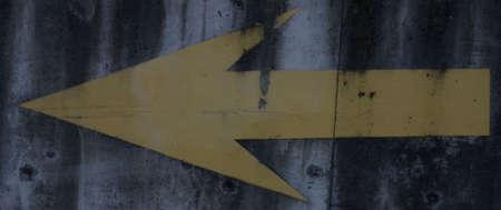黄色の矢印は、セメントに描かれました。 写真素材