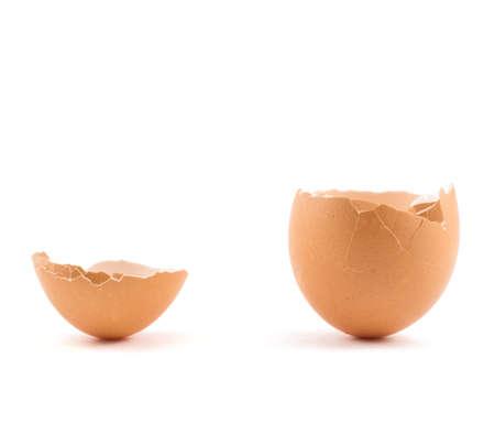 Eierschaal gebarsten en gebroken in twee delen die over witte achtergrond Stockfoto