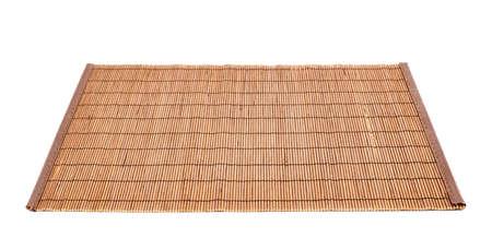竹茶色わらのマットの白い背景で隔離の提供