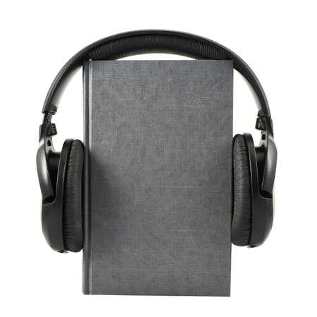 Audio-Buch-Konzept Zusammensetzung als Buch mit Kopfhörer auf, vereinzelt über weißem Hintergrund Lizenzfreie Bilder