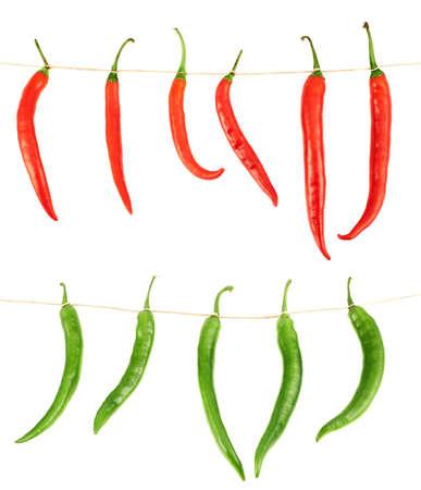 compositions: Peperoncino Legato isolato su sfondo bianco, set di due composizioni, rosso e verde
