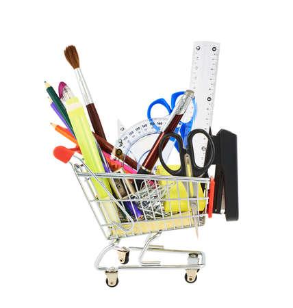 Mehrere Office-Tools in einem Warenkorb, isoliert über dem weißen Hintergrund