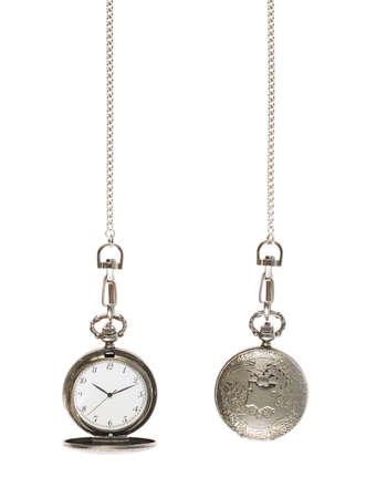 Gesloten en geopend zilveren zakhorloge aan een ketting die over de witte achtergrond Stockfoto