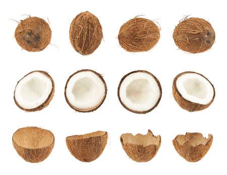 Set van kokosnoot fruit geïsoleerd over de witte achtergrond, hele en gesneden in helften versies Stockfoto