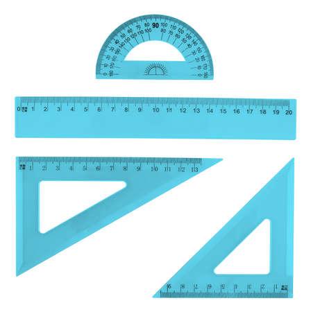 흰색 배경 위에 여러 파란색 플라스틱 눈금자와 각도기의 격리 설정