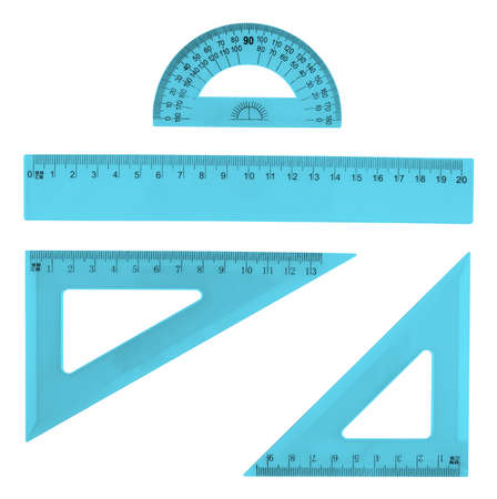 Set van meerdere blauwe plastic heersers en de gradenboog, geïsoleerd op de witte achtergrond