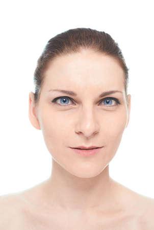 sarc�stico: Retrato de la mujer cauc�sica joven con una expresi�n facial sarc�stica o perplejo, aislado sobre el fondo blanco, hacer naturales y postprocesado