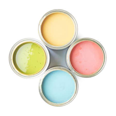 흰색 배경 위에 절연 페인트의 네 캔, 위의 평면도,