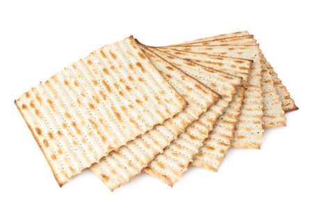 Twisted stapel van meerdere machine gemaakt matza plat brood, samenstelling geïsoleerd op de witte achtergrond
