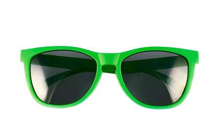 Groene zonnebril geïsoleerd op de witte achtergrond