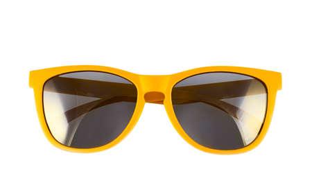 sonne: Gelbe Sonnenbrille isoliert �ber dem wei�en Hintergrund