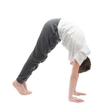 pies bonitos: Muchacho cauc�sico del childen 12 a�os en una camiseta blanca estiramiento o hacer yoga. Composici�n aislada sobre el fondo blanco Foto de archivo