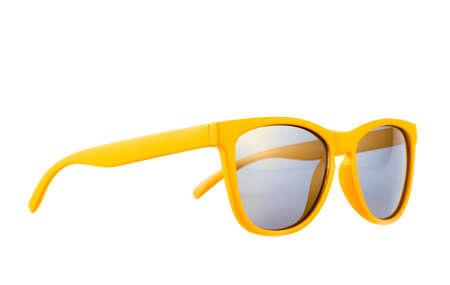 Gele zonnebril die over de witte achtergrond