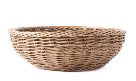 mimbre: Vacío de mimbre cesta de frutas de color marrón recipiente aislado sobre el blanco