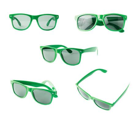 gafas de sol: Gafas de sol oscuras en un marco de plástico verde aislado sobre el fondo blanco