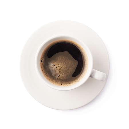 tazas de cafe: Fresh taza de café negro en un plato de cerámica blanca, composición aislados en el fondo blanco, vista desde arriba por encima de escorzo