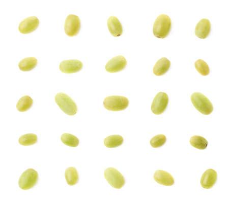 grapes: Conjunto de varias uvas de mesa blancos individuales aisladas sobre el fondo blanco