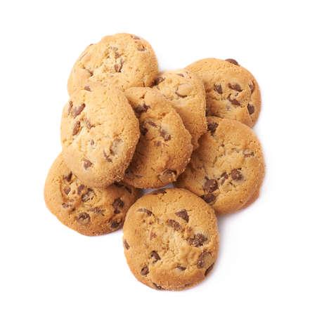 흰색 배경 위에 절연 초콜릿 조각과 라운드 쿠키의 더미