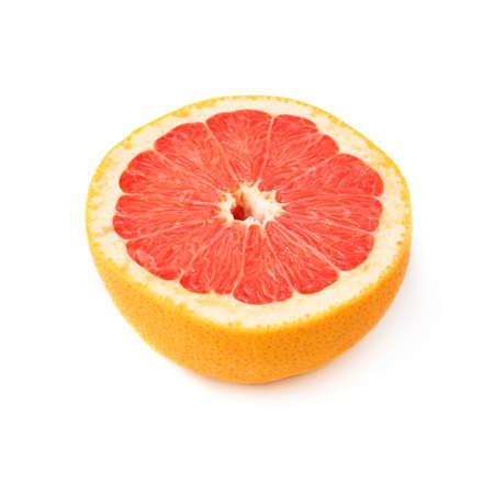 toronja: Individual madura corte de pomelo fresco en medio aislado sobre el fondo blanco Foto de archivo