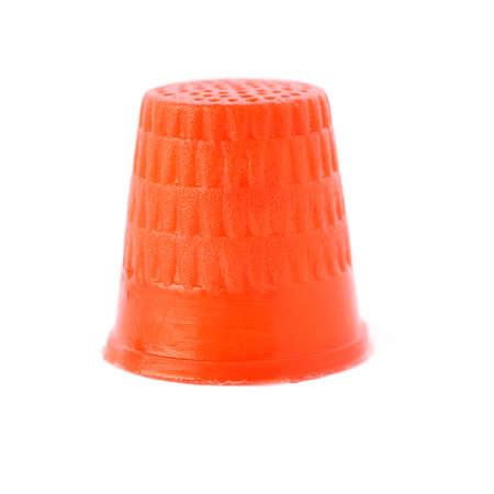 elementos de protección personal: Dedal de plástico de color rojo aisladas sobre el fondo blanco