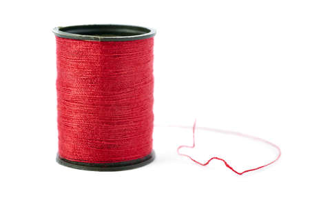 hilo rojo: Spool of red thread isolated over the white background