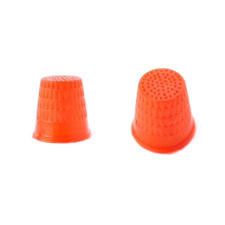 elementos de protección personal: Conjunto de plástico aisladas dedal rojo sobre el fondo blanco