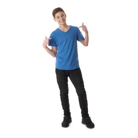 Mignon adolescent garçon en bleu T-shirt debout et se montrant sur fond blanc isolé corps entier