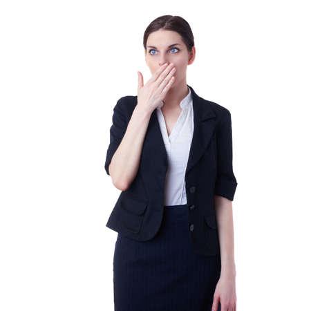 cerrando negocio: Empresaria que se coloca sobre el fondo blanco aislado boca cierre con la mano, negocios, educación, concepto de oficina