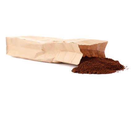 Het pakhoogtepunt van de ambacht pakpapier van grondkoffie die over witte achtergrond wordt geïsoleerd