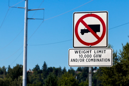No trucks sign weight limit 10,000 gvw sign on a post Stock Photo