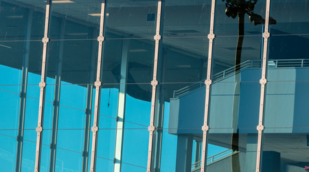 Abstract building window glass with blue sky and reflection Stockfoto