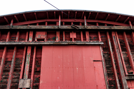 Abstract old red warehouse building wall in daylight Stockfoto