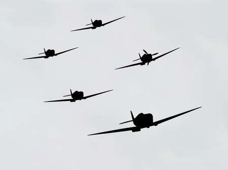 view from the plane: Ilustraci�n de avi�n bombardero en silueta en el cielo nublado