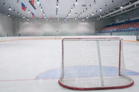 hockey sobre cesped: de hielo vac�o patio de juegos de hockey - la vista desde detr�s de la puerta Foto de archivo