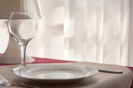 vaso vacio: cuchillero - vidrio vac�o, la placa y el tenedor sobre la mesa