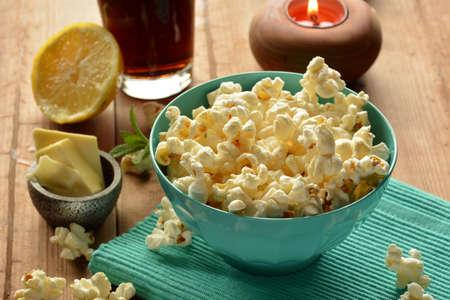 palomitas: palomitas de maíz con mantequilla y sal acompañado de cola Foto de archivo