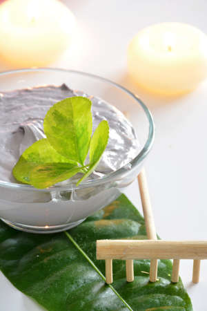 cremas faciales: crema especial para el tratamiento corporal con velas arom�ticas Foto de archivo