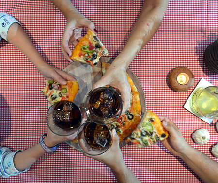 italienisches essen: aerial view of family eating pizza at home