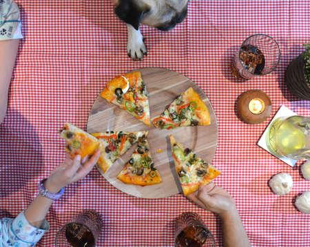 italienisches essen: Luftbild der Familie Pizza essen zu Hause