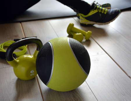 saltar la cuerda: ketlebell con la bola de medicina y dos pesas y una cuerda para saltar